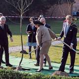 Deutschland Tag 1  Vor dem Herrenhaus warten zwei Apfelbäumchen auf die royalen Gäste. Willem-Alexander greift als erstes zum Spaten, seine Frau lässt sich aber nicht lange bitten und pflanzt auch.