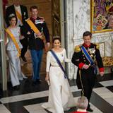 Königin Máxima + König Willem-Alexander: Dänemark Tag 1 Prinzessin Mary (vorne) und Prinzessin Marie tragen beim Staatsbankett auf Schloss Christiansborg ebenfalls elegante Roben und funkelnde Diademe.
