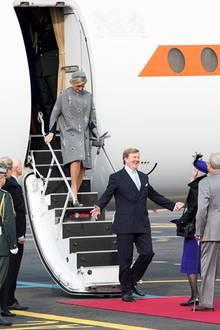 Dänemark Tag 1  Per Flugzeug sind König Willem-Alexander und Königin Máxima nach Kopenhagen geflogen. Am Flughafen erwartet die dänische Königsfamilie sie bereits am roten Teppich.