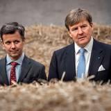 Dänemark Tag 2  Prinz Frederik und König Willem-Alexander sind umgeben von Strohballen, die in einer großen Halle des Brundby-Heizwerkes.