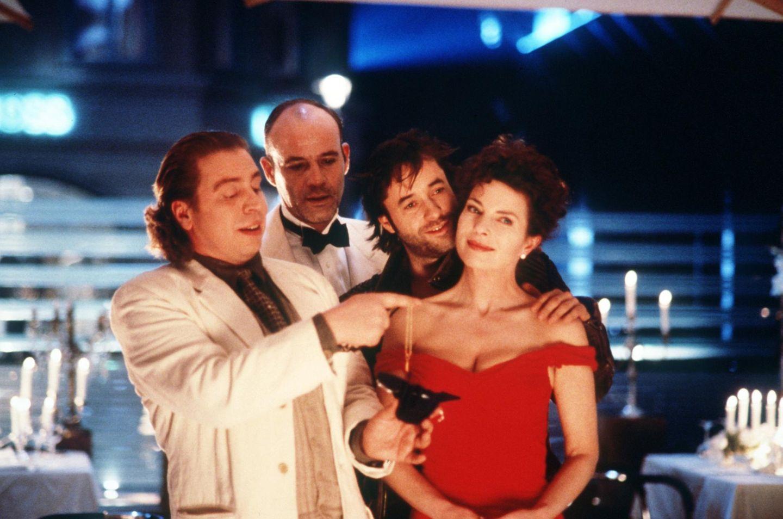 """""""Rossini - oder die mörderische Frage, wer mit wem schlief"""" gehört 1997 zu den erfolgreichsten Filmen Deutschlands. Auch für dieses Projekt arbeitet Regisseur Helmut Dietl mit Darstellern wie Götz George und Heiner Lauterbach zusammen."""