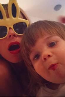 Mit Hasenbrille und Schokoladenmund wünschen Jaime King und ihr kleiner Sohn frohe Ostern.