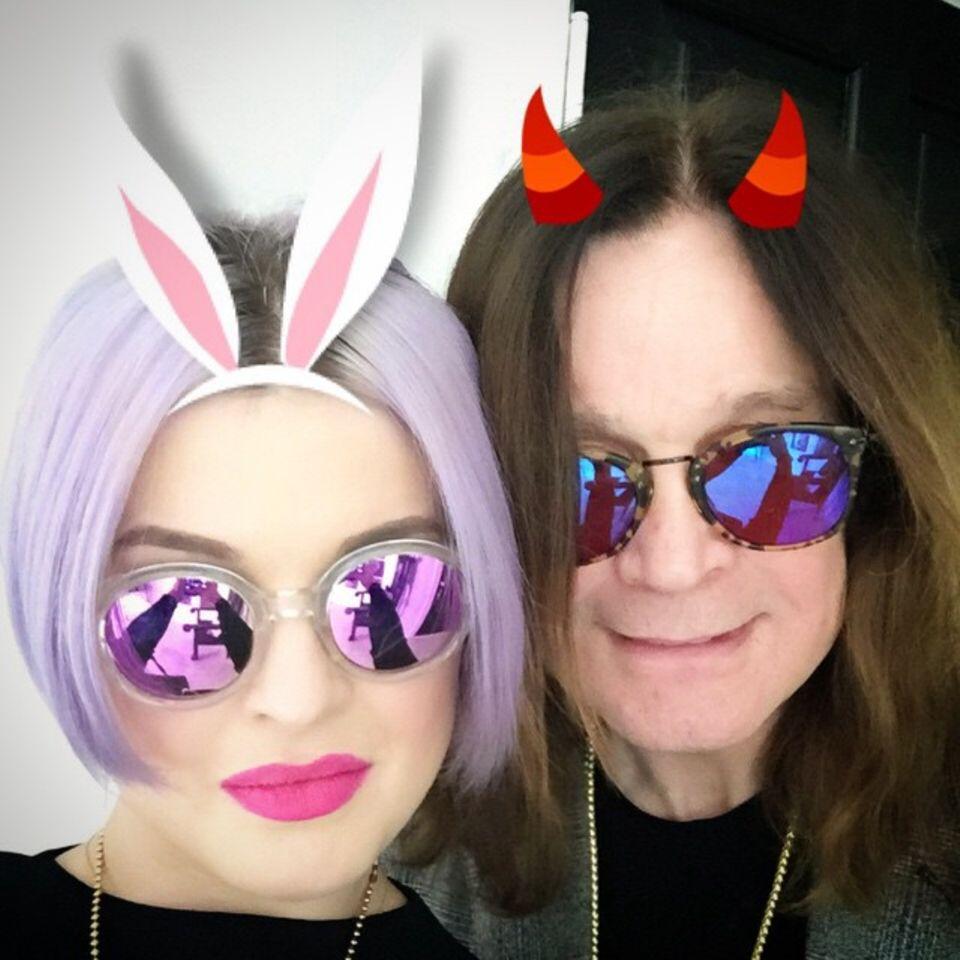 Kelly Osbourne und Papa Ozzy Osbourne posieren für ein Selfie. Natürlich wollte Papa Ozzy lieber die Teufelshörner.