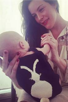 Zu Ostern postet Liv Tyler endlich etwas mehr von ihrem süßen Baby Sailor Gene. Doch ganz zeigt sie ihren Sprössling noch nicht, stattdessen können wir einen niedlichen Body mit Osterhasen darauf sehen.