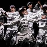 """Die Band """"Deichkind"""" geht mit einem klaren Statement auf die Bühne: """"Flüchtlinge willkommen"""", steht auf ihren Outfits."""