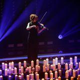 """Traurig: Beim """"Echo"""" wird der Opfer des Germanwings-Absturzes gedacht. Lindsey Stirling spielt dazu auf ihrer Violine."""