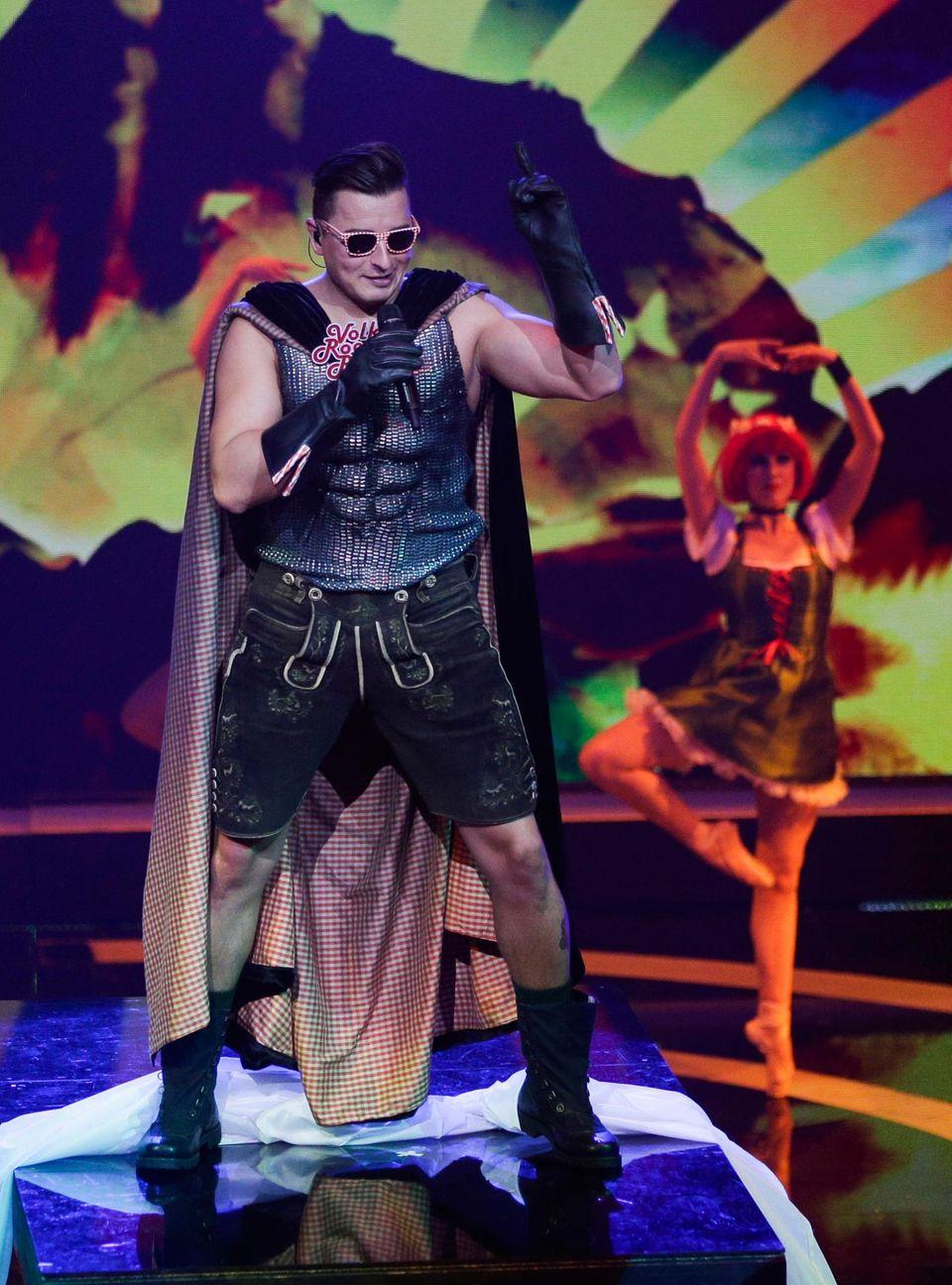 """""""Volks-Rock'n'Roller"""" Andreas Gabalier kommt als Alpensuperheld auf die Bühne. Er gewinnt außerdem in den Kategorie volkstümliche Musik mit seinem Album """"Home Sweet Home""""."""