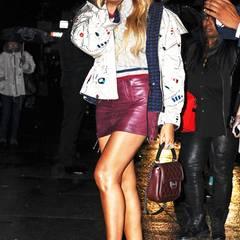 Ein Küsschen für die Fotografen: Beyoncé Knowles ist im Allover-Chanel-Look ein echter Blickfang. Besonders schön: die weiß-goldenen Schnürstiefeletten mit gestepptem Absatz.