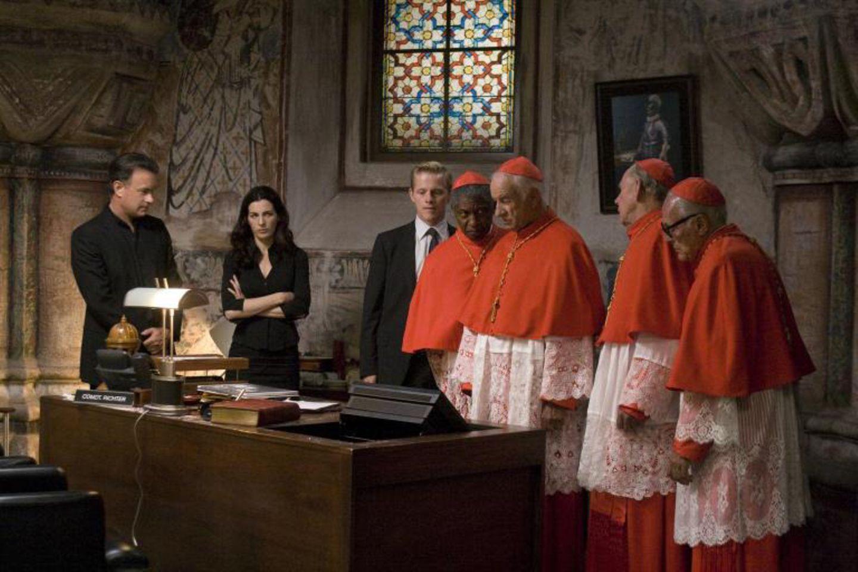 """""""Illuminati"""", Montag 20.15Uhr Sat1  Der Vatikan ist einer schrecklichen Bedrohung ausgesetzt. Eine Gruppe mit dem Namen """"Die Illuminati"""", der Erzfeind der katholischen Kirche, holt zum finalen Schlag aus. Für Robert Langdon (Tom Hanks), Vittoria Vetra (Ayelet Zurer), Gardist Chartrand (Thure Lindhart) und Kardinal Strauss (Armin Mueller-Stahl) beginnt eine mörderische Schnitzeljagd ..."""