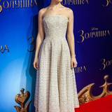 """Das weiße Bustier-Kleid mit Gitter-Optik, das Lily James bei der Moskauer """"Cinderella""""-Premiere trägt, stammt von Nicholas Oakwell Couture."""