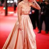 Ihre Berliner Fans begeistert Lily James in einer rosafarbenen Robe von Christian Dior.