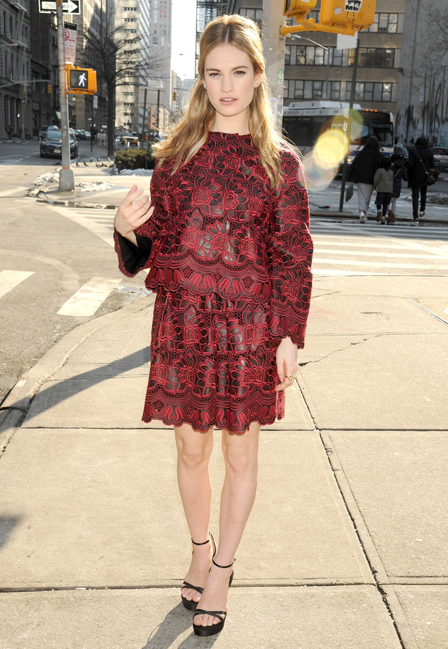 Für ein Screening in New York hat sich Lily James ein blumiges Spitzen-Ensemble von Dolce & Gabbana ausgesucht.
