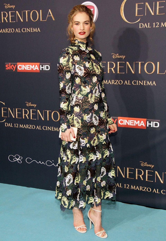 """Bei der Mailänder """"Cinderella""""- Premiere präsentiert sich Lily James in einem Spitzenkleid von Erdem ganz besonders blumig."""