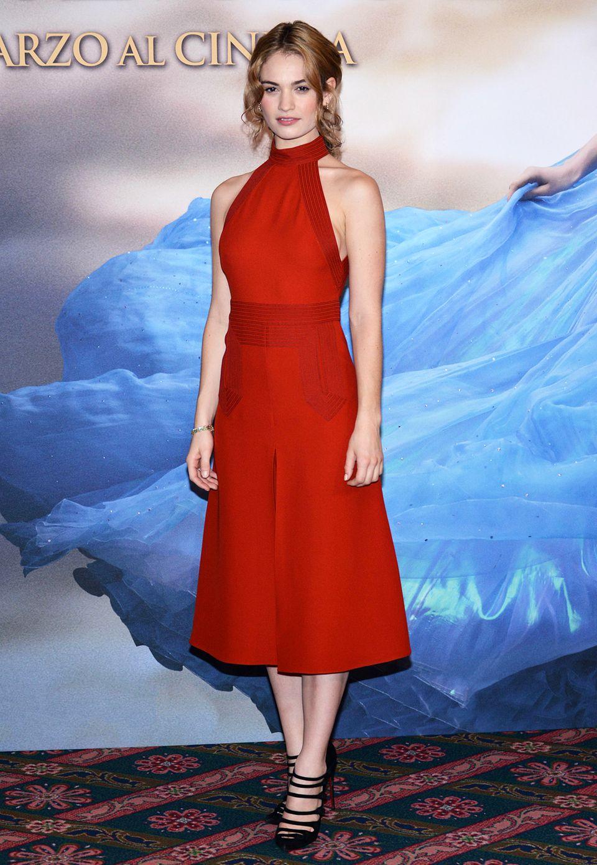 Im edlen, roten Neckholder-Kleid von Gucci zeigt sich Lily James bei der Pressekonferenz im Mailand.