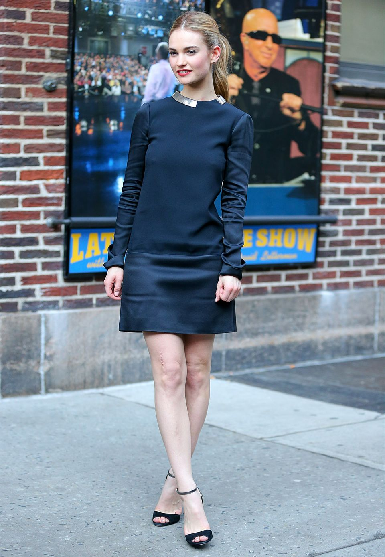 Im schwarzen Mini-Dress mit Silberkragen zeigt sich Lily James bei einerTV-Show in New York.
