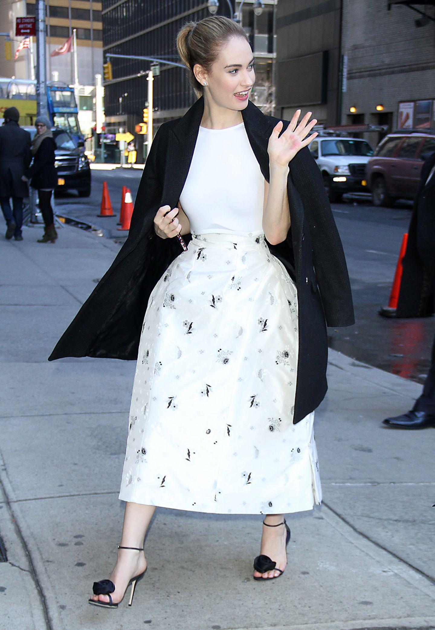 Im weißen Dior-Kleid mit Blumenprint besucht Lily James die Late-Show von David Letterman.