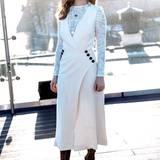 Ein Hauch von Jahrhundertwende steckt in dem weißen Dress mit Spitzen-Shirt, das Lily bei einem Fototermin in Moskau trägt.