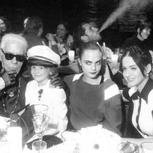 Karl Lagerfeld amüsiert sich bei seiner Dinner-Cruise am Tisch mit seinem Patenkind Hudson, Cara Delevingne und Katy Perry.