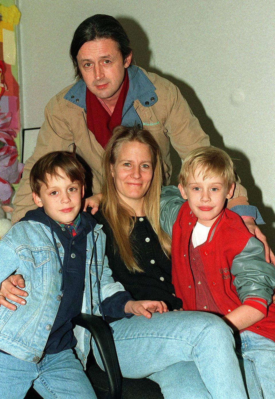 """Als sich Macaulay Culkins Eltern 1995 voneinander trennen, entbrennt zwischen ihnen ein wahrer Rosenkrieg. Neben dem alleinigen Sorgerecht haben sie es jedoch besonders auf das Vermögen ihres Sohns abgesehen. Doch der """"Kevin - Allein zu Haus""""-Darsteller setzt sich vor Gericht durch. Seine 16 Millionen Euro verwaltet anschließend ein persönlicher Buchhalter."""