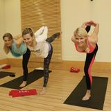 Bestens ausgestattet von FABLETICS trainieren Julia Dietze (Schauspielerin, l.) und Natascha Grün (Moderatorin, r.) mit Yogatrainerin Gabriela Bozic (Mitte)