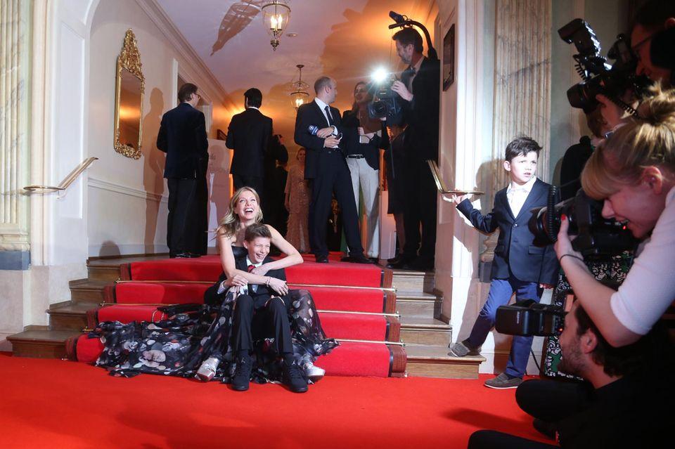 Schauspielerin Ursula Karven brachte ihren Sohn Liam mit zur Verleihung