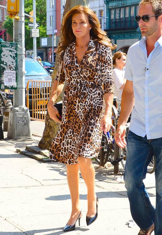 Caitlyn Jenner, ehemals Kims Stiefvater Bruce, hat sich wohl ein wenig im Kleiderschrank seiner Stieftochter umgesehen und trägt das Leo-Kleid jetzt auf.
