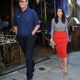 """Oktober 2014  Kim Kardashian trifft sich mit Stiefpapa Bruce in West Hollywood zum Lunch. Sie sagt in einem Interview mit """"ET"""" über Jenner: """"Ich glaube, jeder macht bestimmte Sachen im Leben durch. Wenn die Zeit dafür reif ist, wird er darüber sprechen."""""""