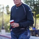 """November 2014  Bruce Jenner macht angeblich einen großen Schritt in Richtung Weiblichkeit. """"Radar Online"""" beruft sich auf einen Insider, der von einer Brust-OP wissen will. """"Bruce hat sich vor einigen Wochen Brustimplantate einsetzen lassen"""", behauptet der Informant. Demnach habe sich der ehemalige Leichtathlet für kleine Kissen entschieden, um """"nicht lächerlich"""" auszusehen"""