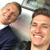"""Die beiden teilen ihre Leidenschaft für Fußball: Tobias Schweinsteiger spielte lange bei FC Bayern München II, mittlerweile ist er allerdings vom Platz an den Spielfeldrand gewechselt und jetzt als Trainer tätig. Bastian Schweinsteiger spielt mittlerweile in den USA für """"Chicago Fire""""."""