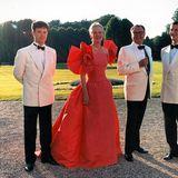 1994  Mit einem feierlichen Gala-Dinner feiert Prinz Henrik seinen 60. Geburtstag auf Schloss Fredensborg. Mit dabei sind seine Söhne Joachim (rechts) und Frederik (links).