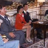 Mai 1995  Prinz Joachim verlobt sich mit Alexandra Manley: Seine Mutter, sein Vater und seine Großmutter sind dabei, als das Paar sich aus diesem Anlass der Presse zeigt.   Die Ehe, aus der die beiden ersten Enkelkinder von Königin Margrethe hervorgehen, endet 2005 mit der Scheidung.