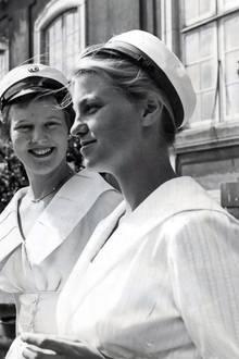 """1956  Genau wie ihre beiden jüngeren Schwestern geht Prinzessin Margrethe aus die Zahles-Schule in Kopenhagen.   Als Vorbereitung auf das Amt studiert sich nach ihrem dortigen Abschluss in Kopenhagen, Århus, Cambridge, an der Sorbonne und der """"London School of Economics"""" und lernte diverse Sprache."""