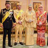 Prinz Abdul Malik und Dayangku Raabi'atul 'Adawiyyah Pengiran Haji Bolkiah (mitte) auf einem offiziellen Foto, umrahmt von Brunei's Sultan Hassanal Bolkiah und seiner Frau, Königin Saleha, und weitere Mitglieder der Königsfamilie.