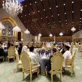 Abends wird im Nural-Iman-Palast mit 5000 Gästen edel gespeist und pompös gefeiert.
