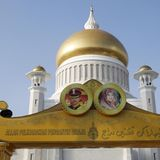 Im Vorfeld der Trauung waren die öffentlichen Gebäude - wie hier die Sultan-Omar-Ali-Saifuddien-Moschee - in Bandar Seri Begawan mit Bildern des Prinzen und seiner Braut geschmückt worden.