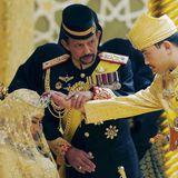 Sultan Hassanal Bolkiah hält die Hand seines Sohnes und segnet Maliks neue Frau Dayangku Raabi'atul 'Adawiyyah Pengiran Haji Bolkiah während der Bersanding-Zeremonie.
