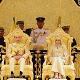 Prinz Abdul Malik und seine Frau Dayangku Raabi'atul 'Adawiyyah Pengiran Haji Bolkiah sitzen während der Bersanding-Zeremonie auf einem goldenen Thron.