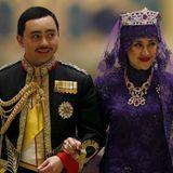 Abends zum Hochzeitsbankett haben sich Prinz Abdul Mailk uns seine Angetraute in ein weiteres juwelenverziertes Outfit geworfen.