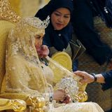 Die Braut Dayangku Raabi'atul 'Adawiyyah Pengiran Haji Bolkiah wird von Hofdamen umschwärmt, die ihr Kleid und ihren Schleier zurechtzupfen.