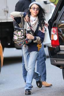 Ganz gemütlich in Jeans, Doc Martens und Patchwork-Jacke ist FKA twigs bei einem Bummel in New York unterwegs.
