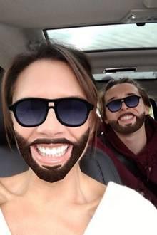 """Wie aus dem Gesicht geschnitten: Victoria und ihr Ältester Brooklyn machen einen auf Barry Gibb von den """"Bee Geres""""."""
