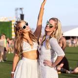 Ein weiteres Schwesternpaar, das sich Coachella nicht entgehen lassen würde: Paris und Nicky Hilton tanzen unter der kalifornischen Sonne.