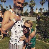 Das ist Busy Philipps Art, das neue Shirt von Ehemann Marc Silverstein zu bewundern. Sie liebt es!