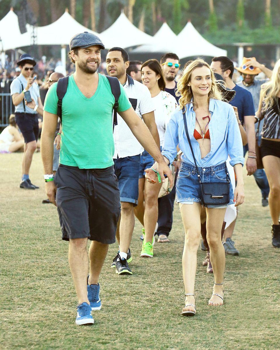 Diane Kruger und Joshua Jackson geben sich die Hand um verliebt wie am ersten Tag über das Festivalgelände zu spazieren.