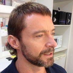 """Ja, auch Hugh Jackman zeigte sich vor einiger Zeit mit Vokuhila-Frisur auf seinem Instagram-Profil. Zu seiner Verteidigung muss man sagen, dass er diese Frisur für seine Rolle in der Sci-Fi-Actionkomödie """"Chappie"""" brauchte."""