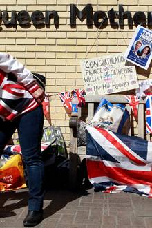 """21. April 2015  Heute hat wird die Queen 89 und mehr und mehr Fans gehen vor dem """"St. Mary's"""" in Paddington in Stellung. Die Wetten laufen: Bekommt die Queen ihr viertes Urenkelkind zum Geburtstag?"""