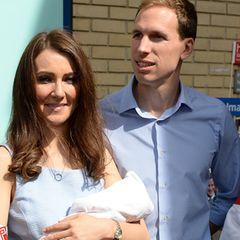 24. April 2015  Catherine- und William-Doppelgänger spielen den Fotografen und Reportern vorm Lindo Wing, St. Mary's Hospital, einen Streich.