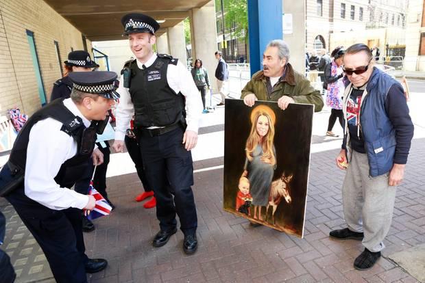 27. April 2015  Polizisten staunen nicht schlecht über das Bild eines Fans. Es zeigt Herzogin Catherine, schwanger, mit Prinz George und einem Esel.