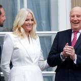 Die Gäste aus Norwegen zeigen sich am Geburtstag ebenfalls auf dem Balkon: Prinz Haakon, Prinzessin Mette-Marit und König Harald. Nur Königin Sonja ist nicht dabei.
