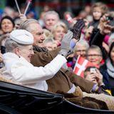 8. April 2015: Vorfeiern in Århus  Eigentlich feiert Königin Margrethe ihren 75. Geburtstag erst am 16. April. Aber schon vorher gehen die Feiern los. In Århus unternimmt die Monarchin mit Ehemann Prinz Henrik eine Kutschfahrt durch die Stadt und wird bejubelt.